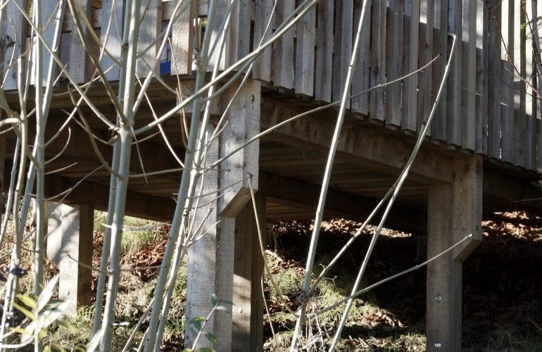 Holzterrasse mit einem Schloß für Kinder