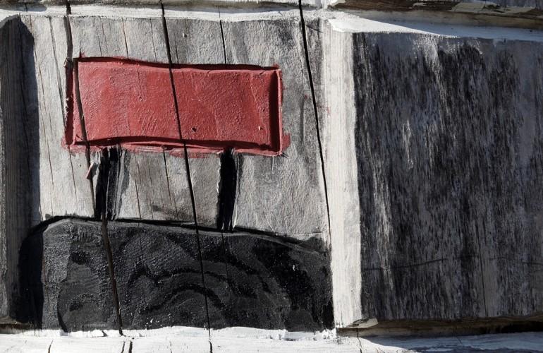 Ein Baumstamm markiert den Beginn des Themenweges. Die Stationen sind als Piktogramm dargestellt.